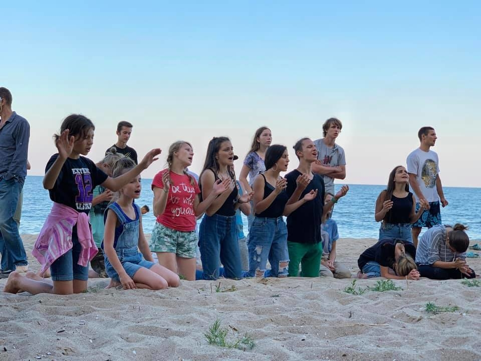 A wonderful time of worship in the camp– Чудесное время поклонения в кемпе